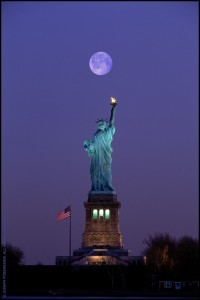JP0972 Statue Of Liberty With Full Moon